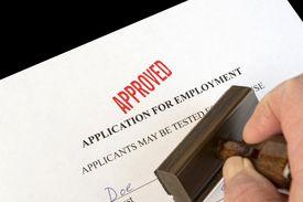 Sello de aprobado en una solicitud de empleo.