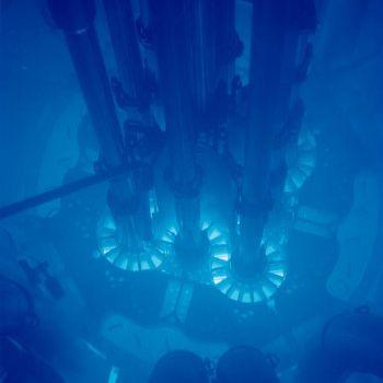 Dies ist ein Foto des Advanced Test Reactor, der mit Cherenkov-Strahlung leuchtet.