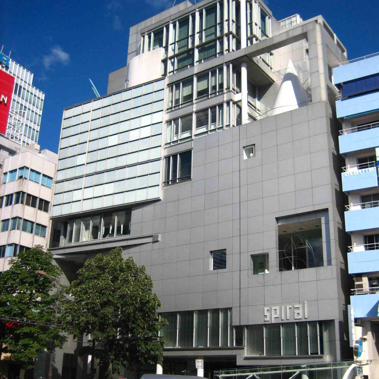 Edificio urbano, aluminio blanco y cristal