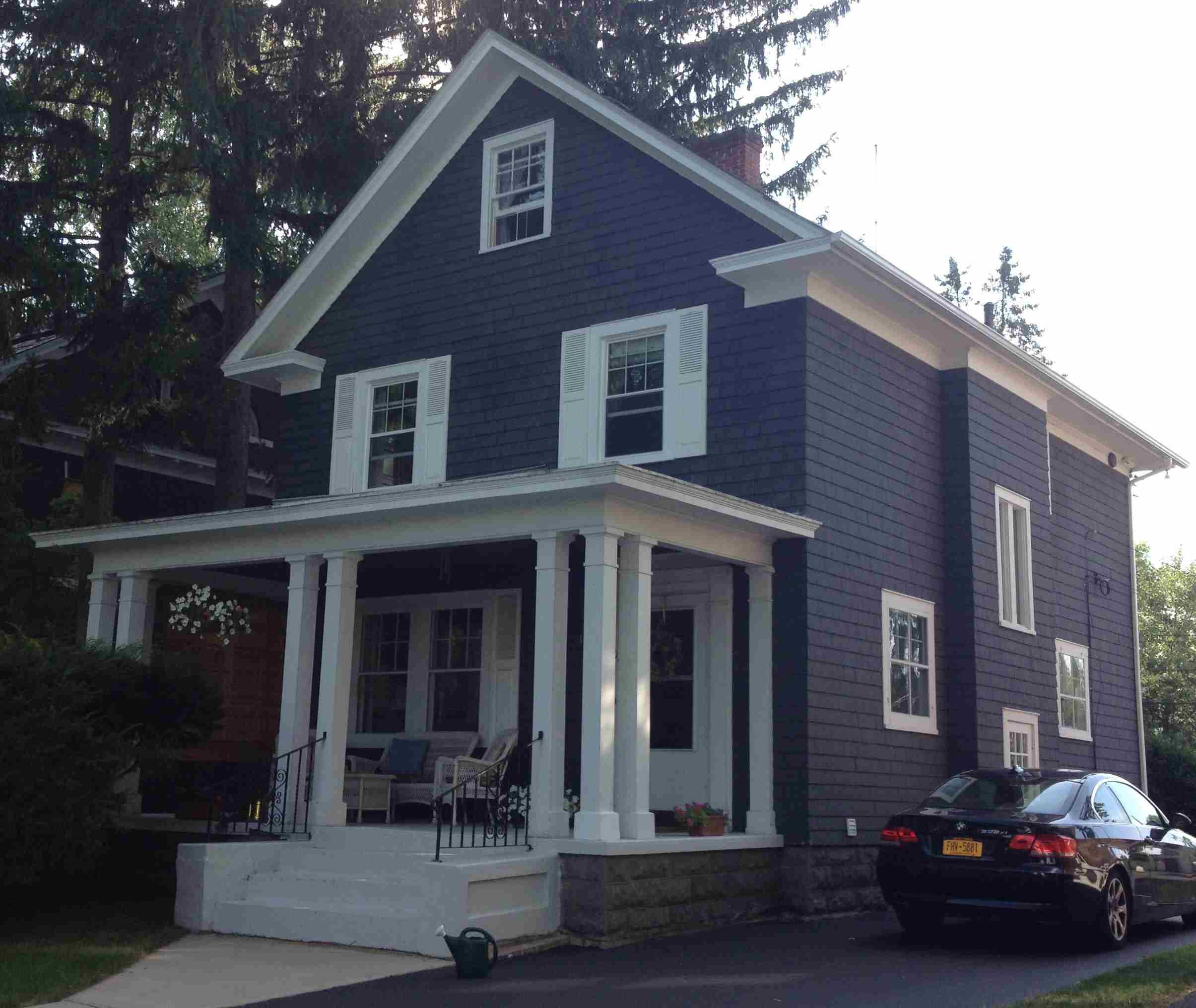 Casa gris y blanca en el norte del estado de Nueva York