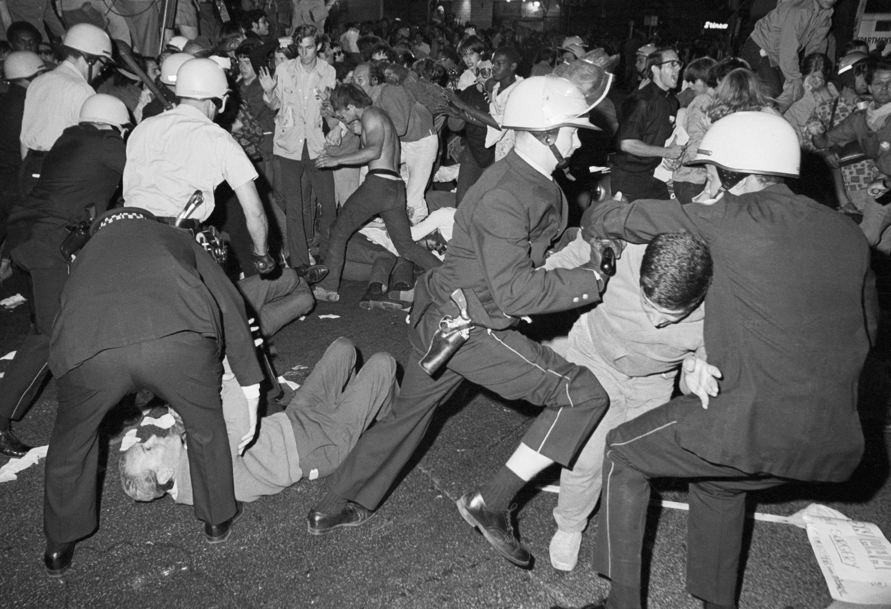Police and protesters in Chicago in 1968