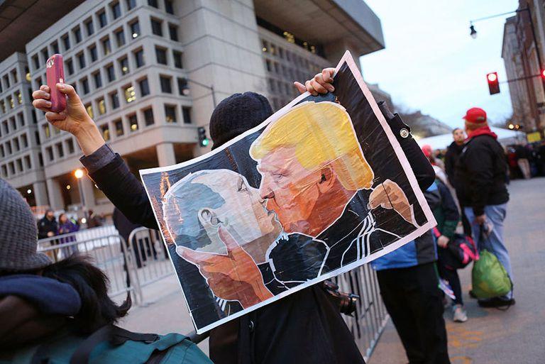 Trump and Putin Kissing