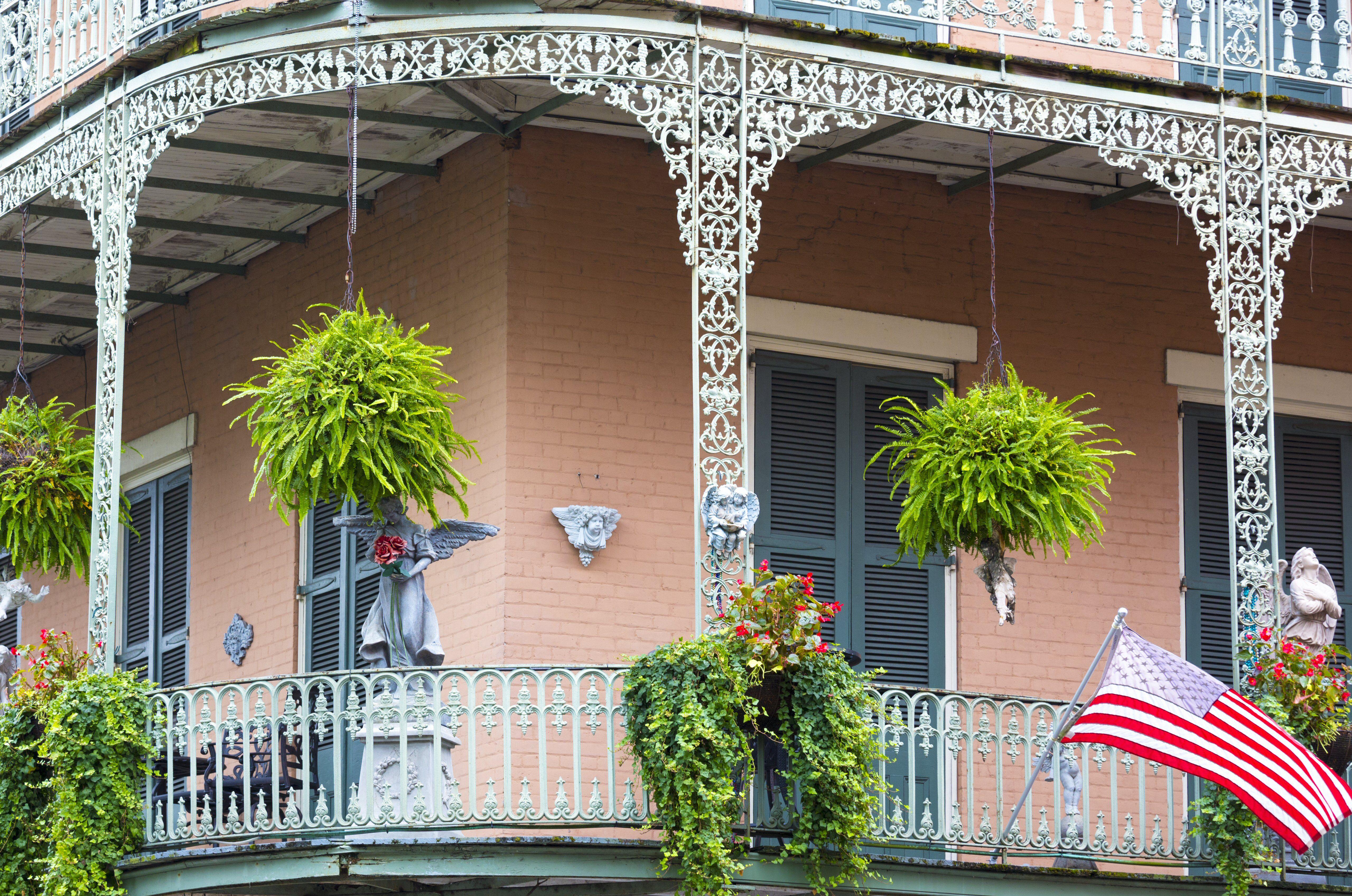 l'architecture lumineuse balcon en fer forgé et le drapeau sur le coin St Philip et Royal Street dans le quartier français, La Nouvelle-Orléans