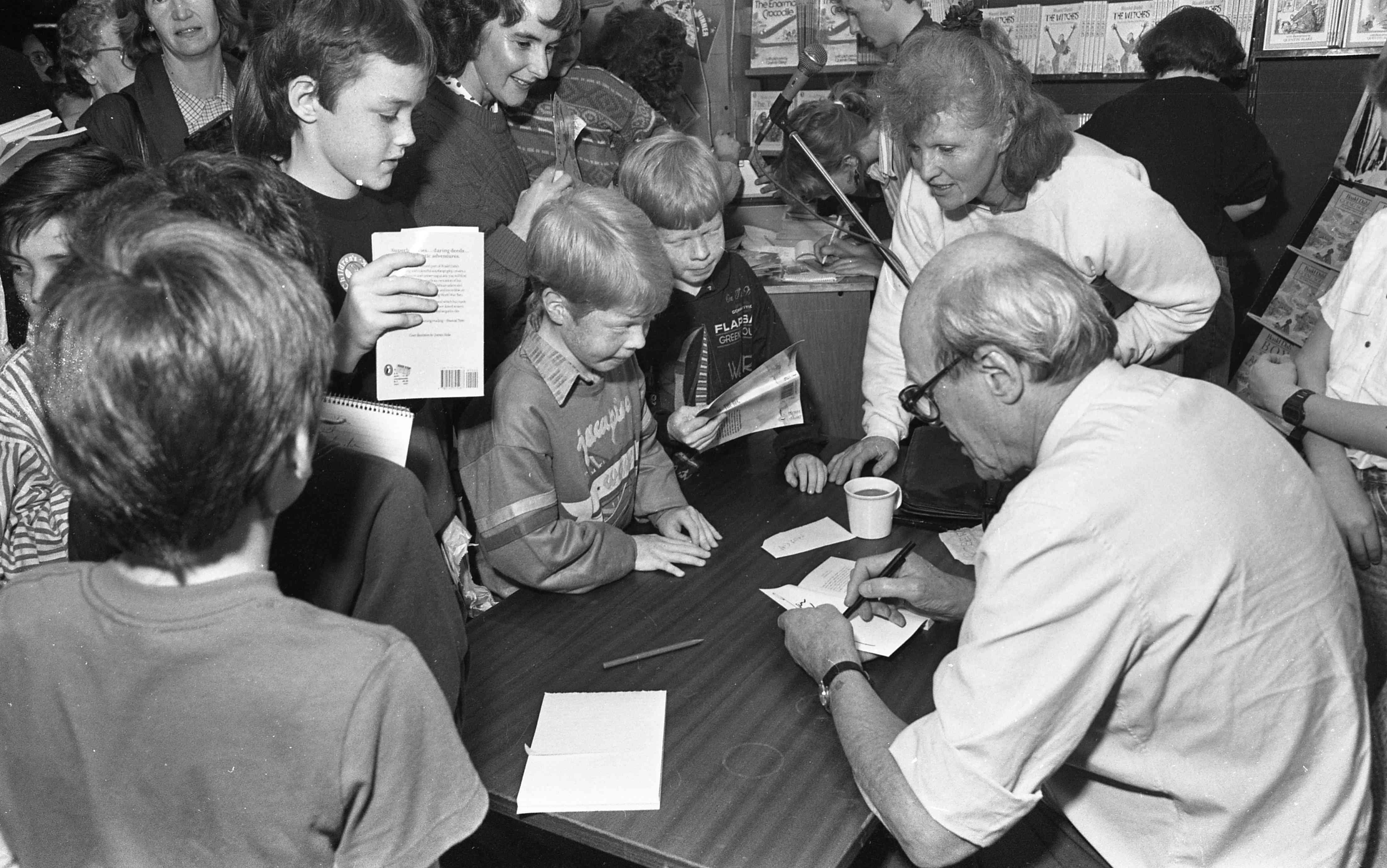 Una multitud de niños espera el autógrafo de Dahl