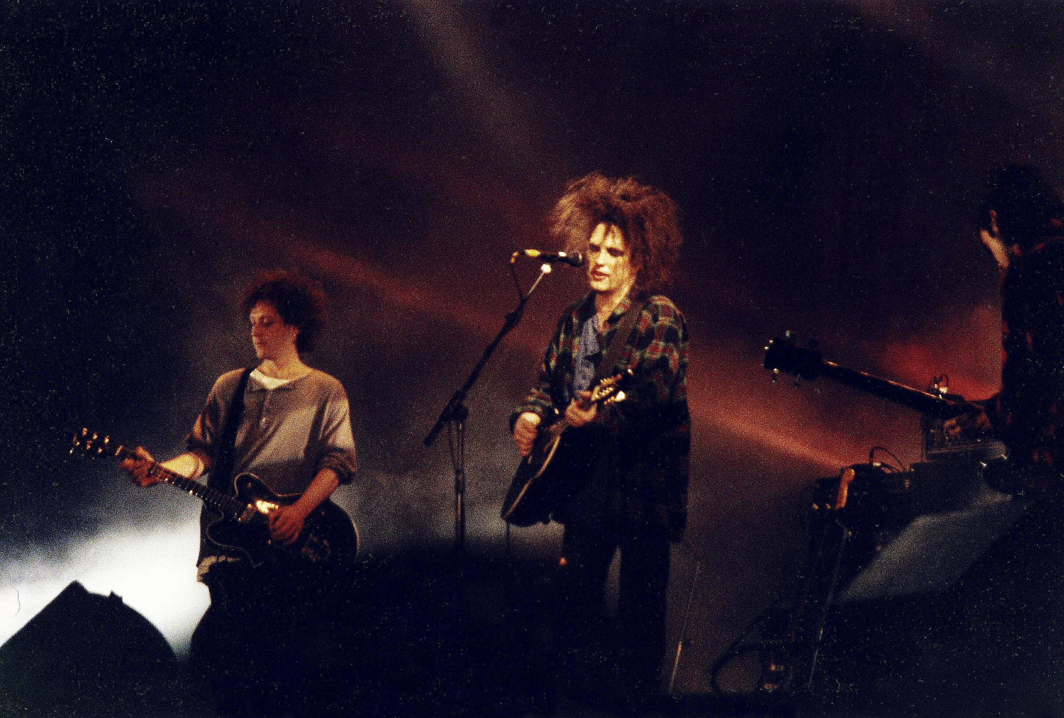Led Memorably By Distinctive Frontman Robert Smith Center English Alternative Band The Cure