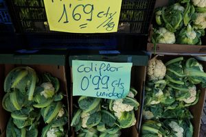 vegetable prices showing Spanish abbreviations.