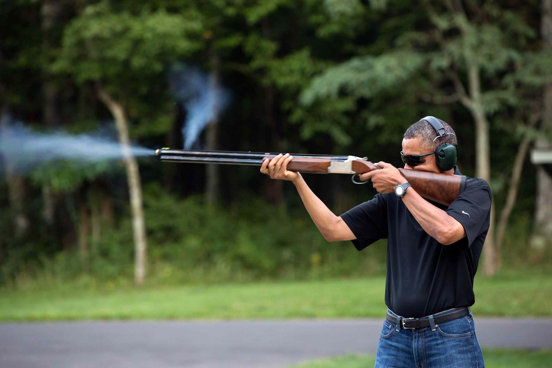 foto del presidente Barack Obama disparando una escopeta en Camp David