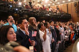 Nuevos ciudadanos jurando la ciudadanía estadounidense