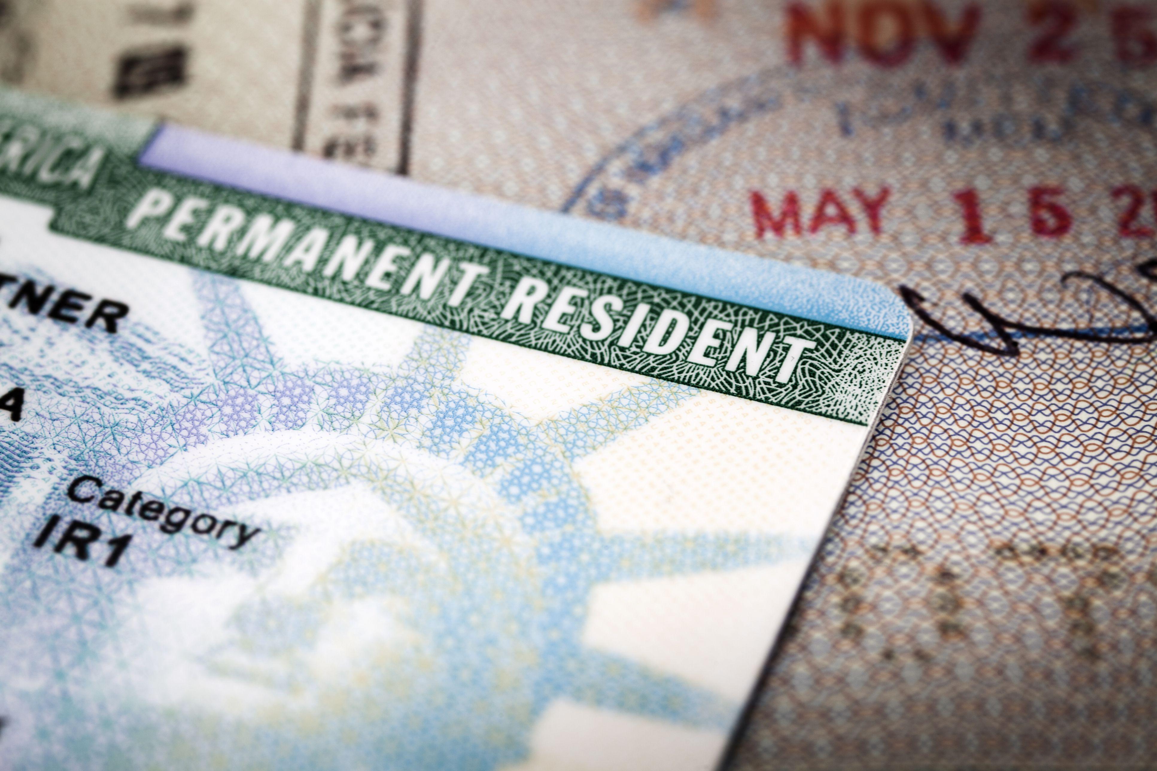 Green card y pasaporte con sello de ingreso a USA