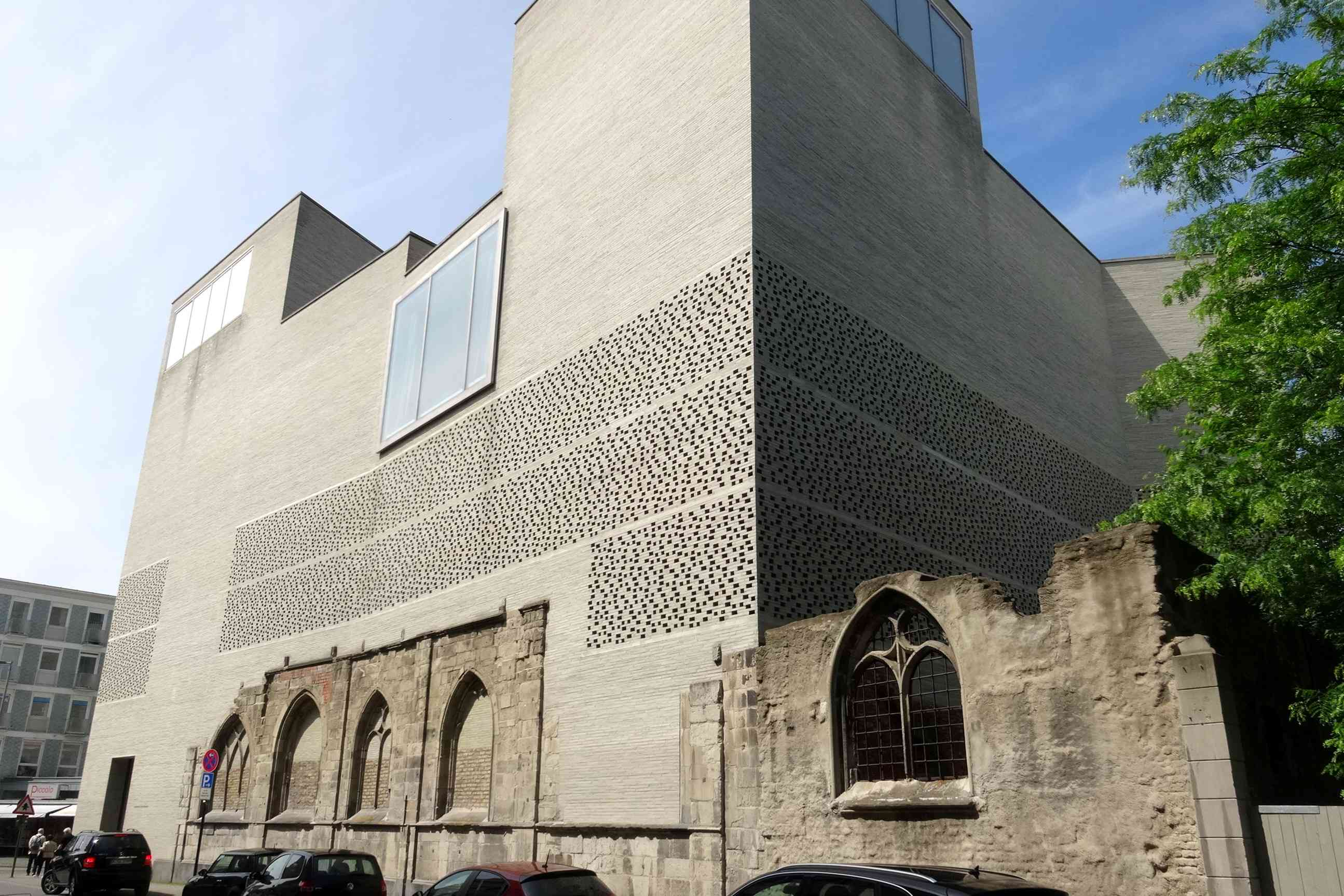 Museo Kolumba en Alemania, una gran estructura de mampostería moderna similar a una tumba construida sobre los restos de una iglesia medieval