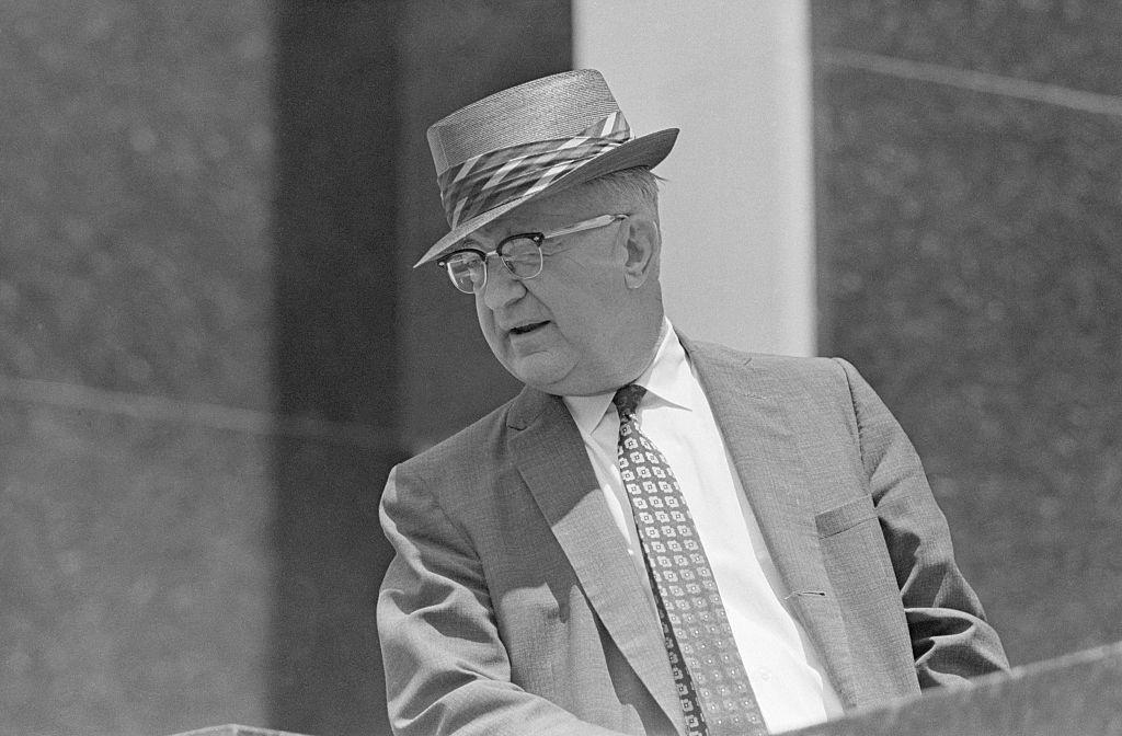 """El comisionado de seguridad pública de Birmingham, Alabama, Eugene """"Bull"""" Connor, aparece en una conferencia de prensa."""