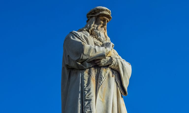 Leonardo da Vinci statue against a cloudless blue sky.