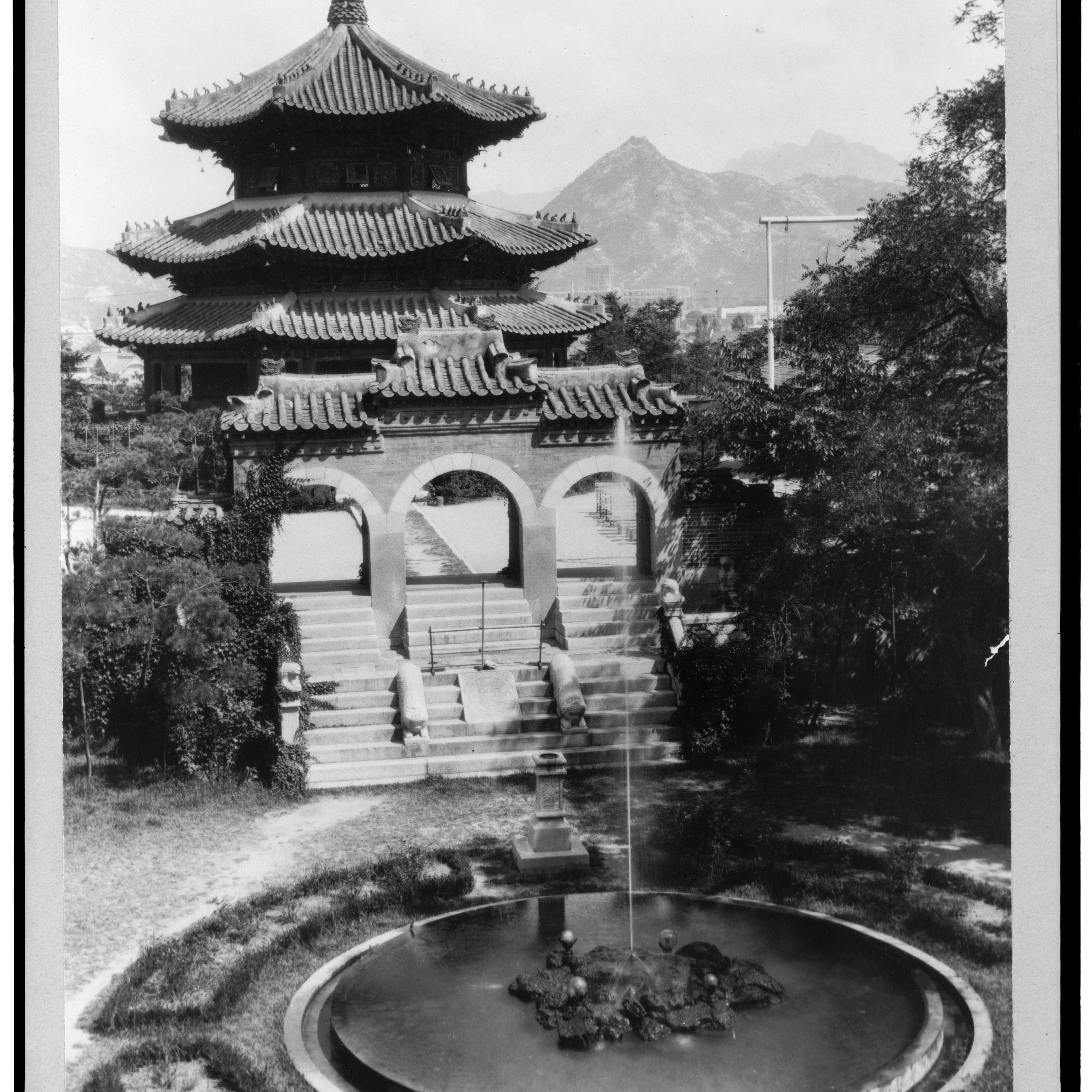 Photo by Frank Carpenter, 1925.