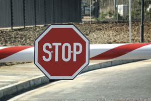Señal stop ilustrando causas inadmisibilidad