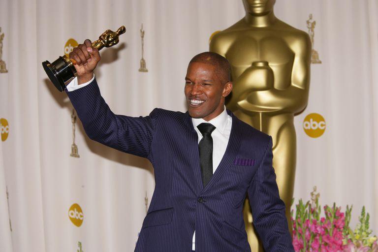 Jamie Foxx holding his Oscar