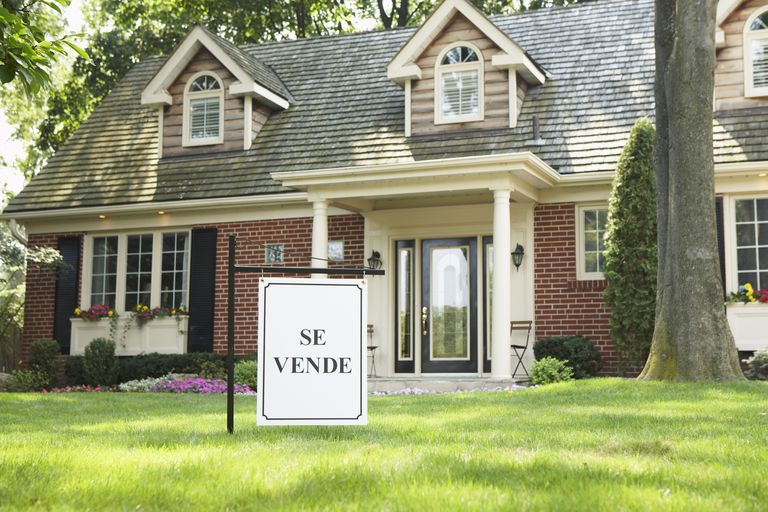 "Home for sale with ""se vende"" sign."