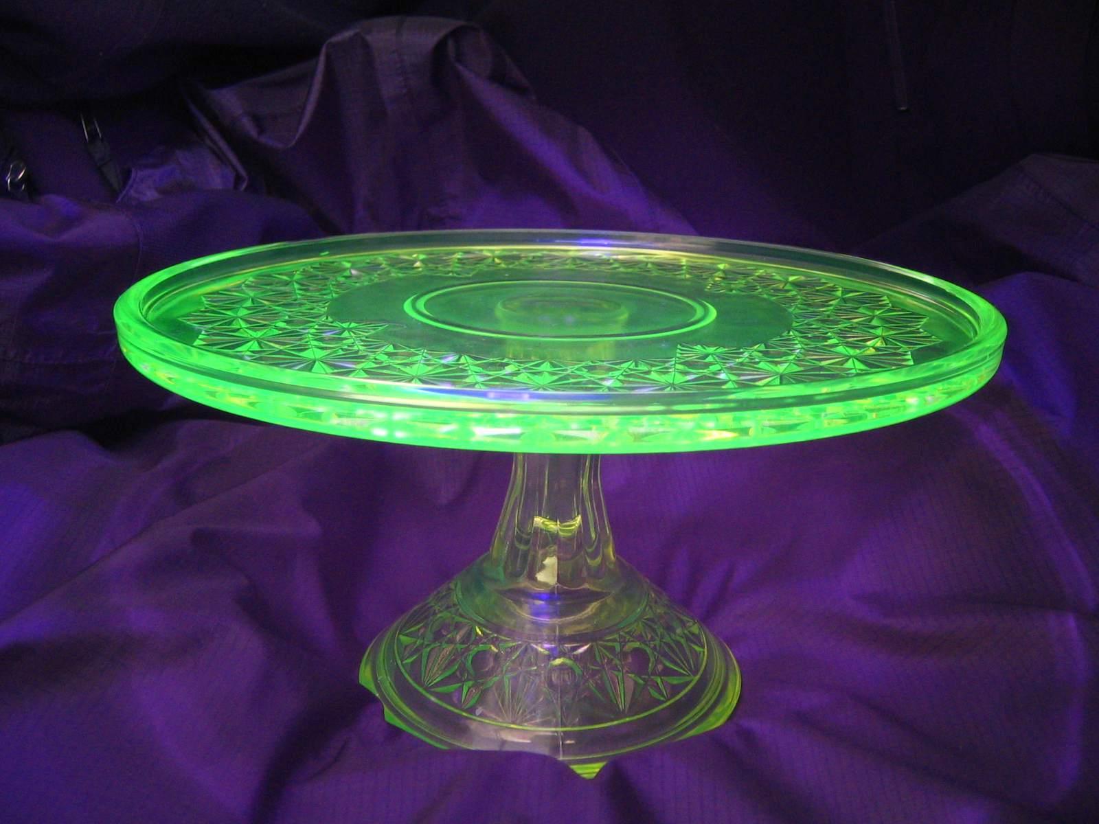 Uranglas fluoresziert hell unter schwarzem oder ultraviolettem Licht.