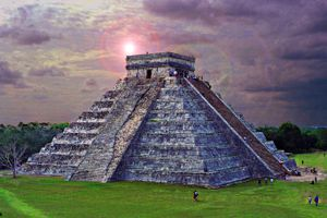 Chichén Itzá at dusk, featuring intense purple clouds and many tourists surrounding the edifice