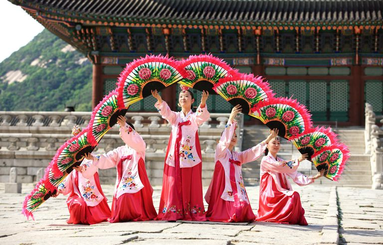 Korean folk dance in palace