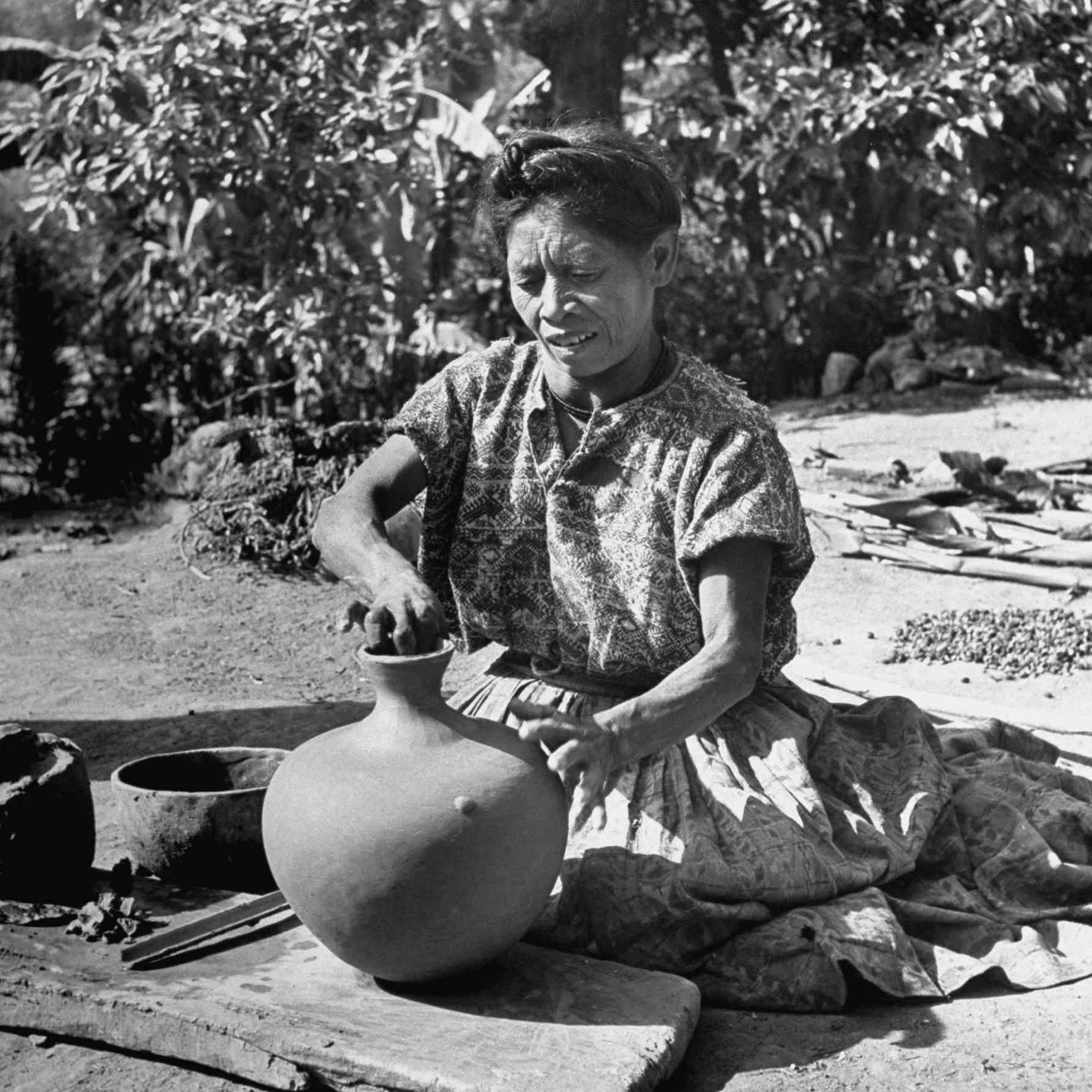 Una mujer maya haciendo cerámica, 1947