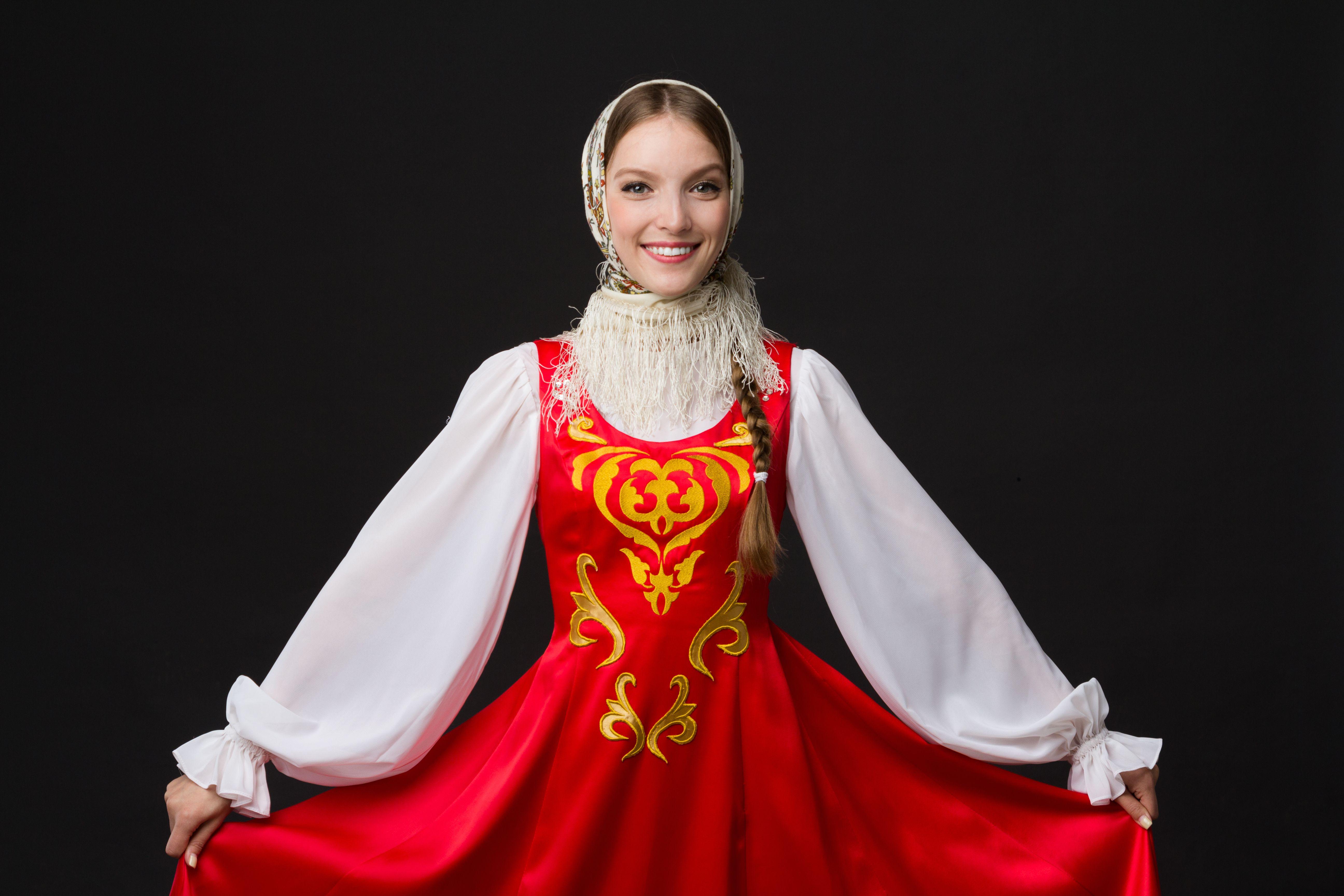 bella ragazza caucasica sorridente in costume popolare russo