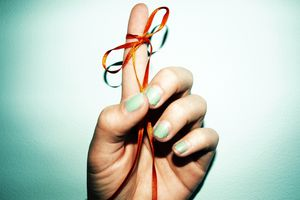 finger with string tied around it