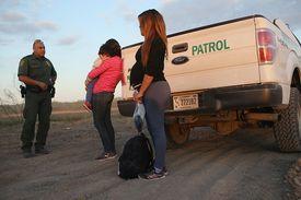 Mujeres y niño detenidos por la Patrulla Fronteriza