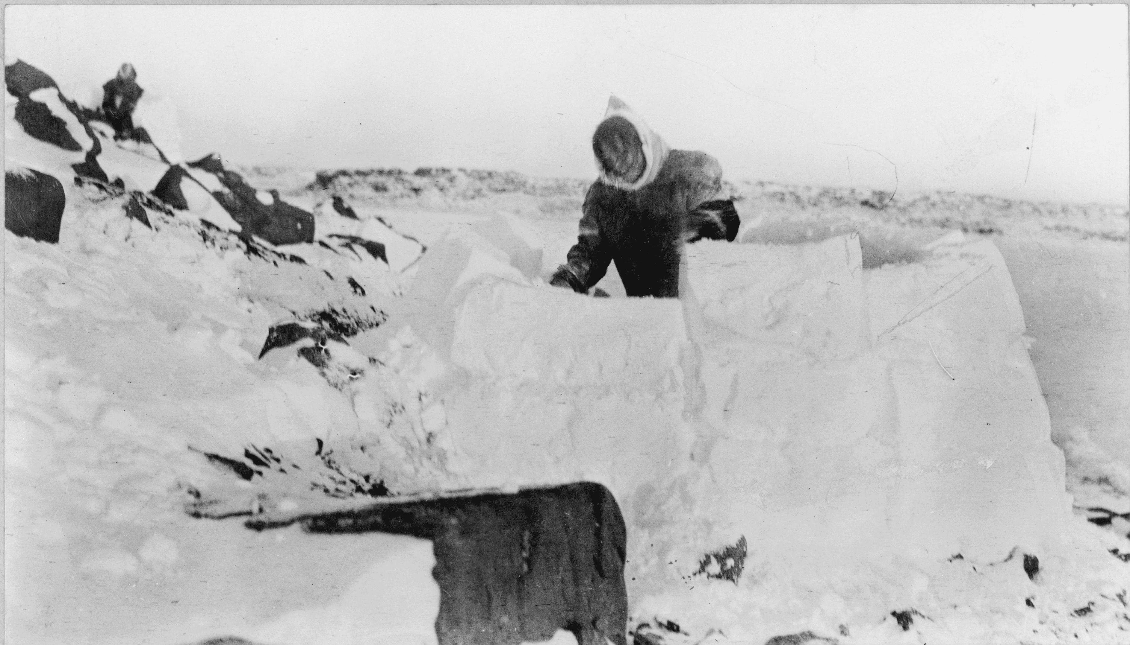 Ο άνθρωπος που χτίζει ένα σπίτι χιονιού, ca.  1929