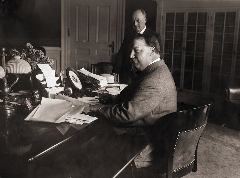 Black and white photo of President William Howard Taft and Secretary of State Philander C. Knox