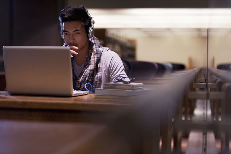 Muchacho delante de pantalla de computadora portátil.