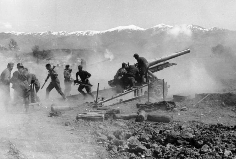 German artillery during the Battle of Greece (1941).