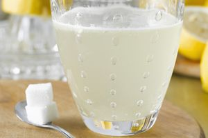 Coat a sugar cube with baking soda and pop it into lemonade to make instant bubbles!