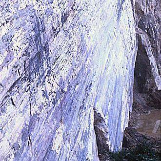 enorme Exposition auf Slickenside in den Alpen