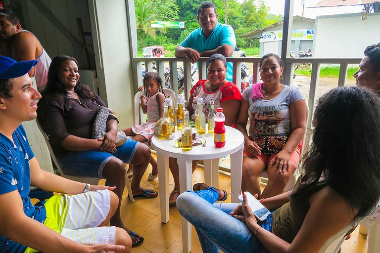 Familia hispana tomando un refresco