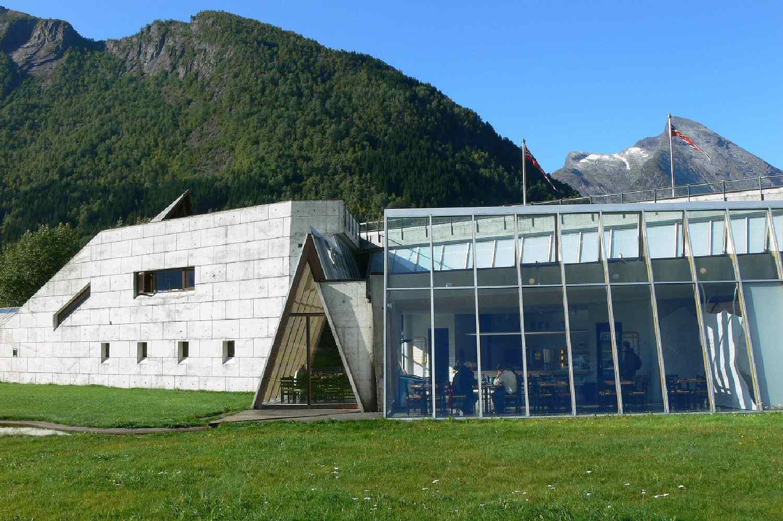 πέτρινο και γυάλινο κτίριο κοντά στο βουνό