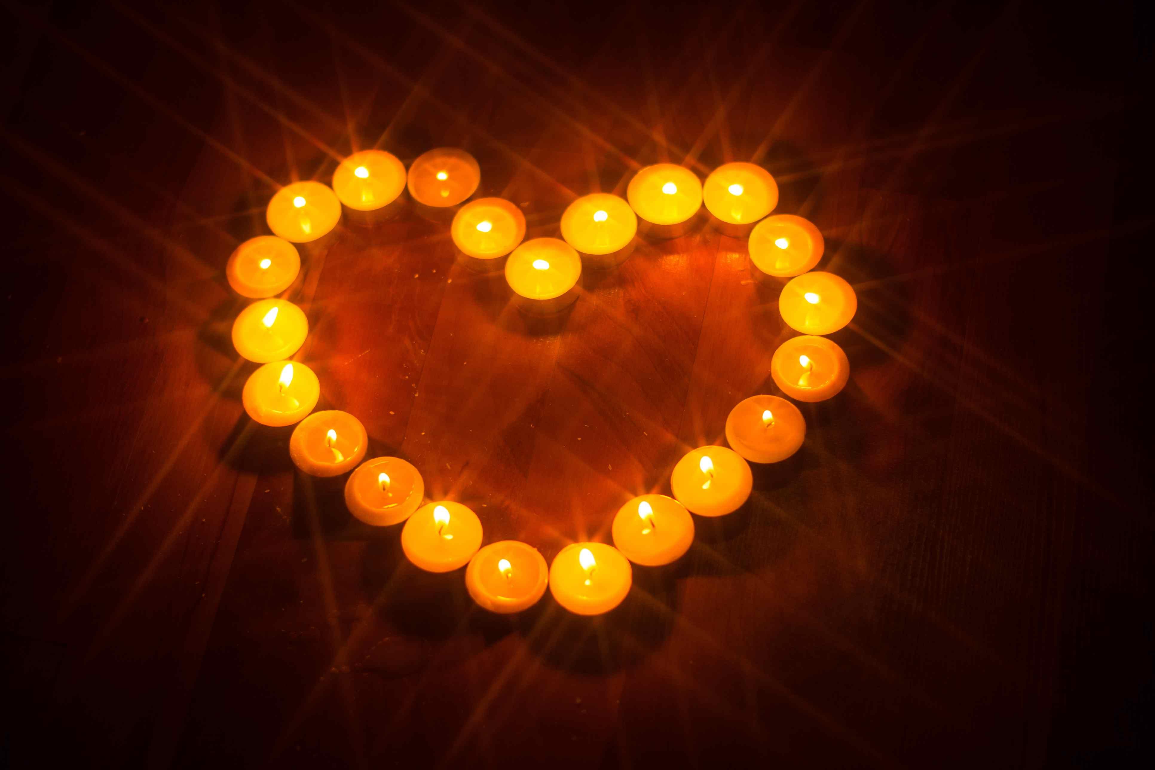Quemar una vela naranja.