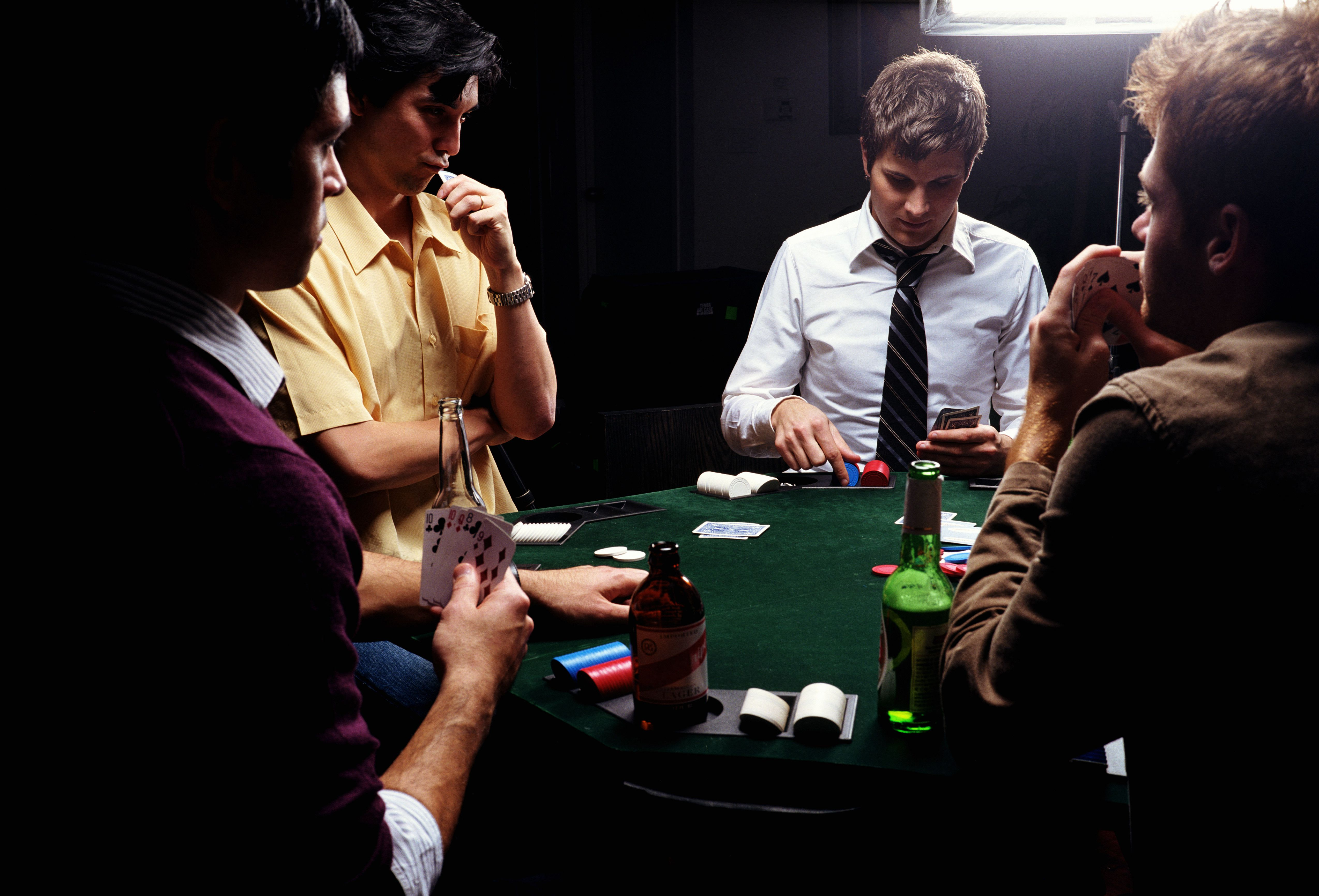 Unscramble person looking at their cards in poker Spiel online roulette live