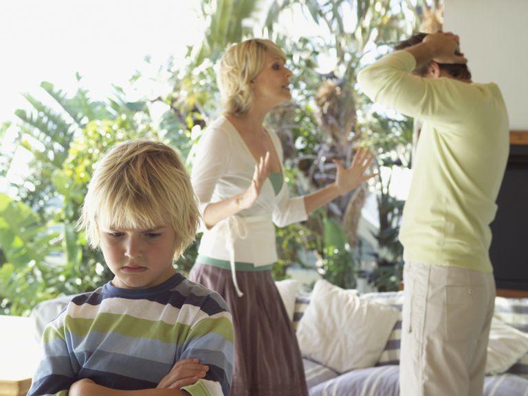 Padres discutiendo en presencia de niño.