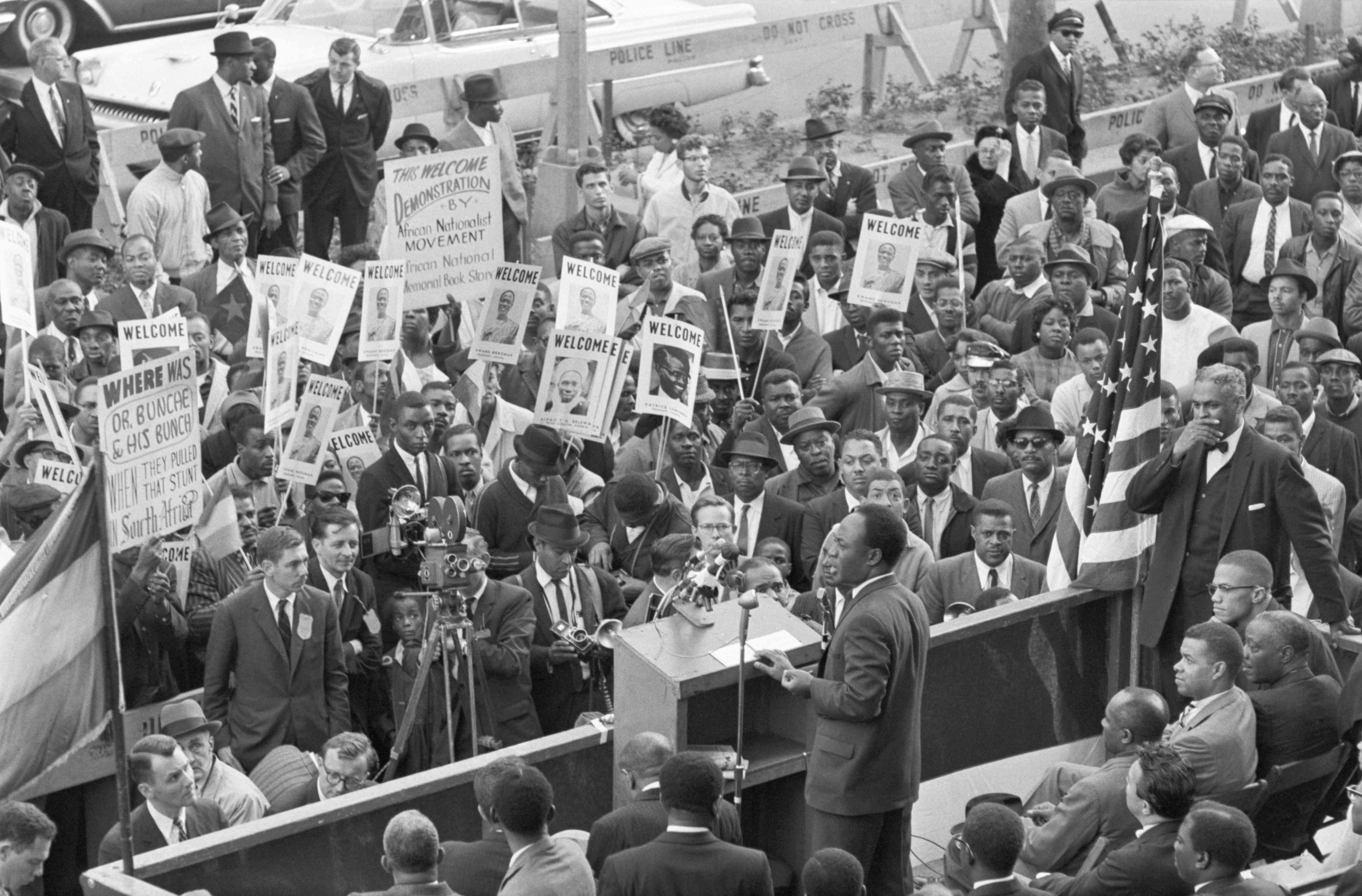 Fotografía en blanco y negro de Kwame Nkrumah dando un discurso.