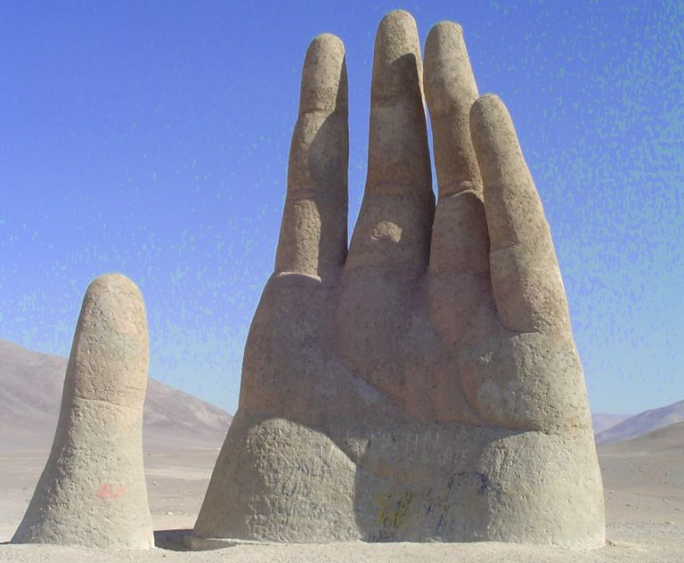 Mano del desierto, sculpture in Chile