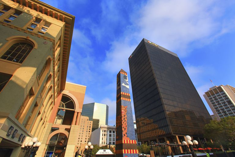 USA, California, San Diego. Historic town centre. Horton Plaza. NBC building in background