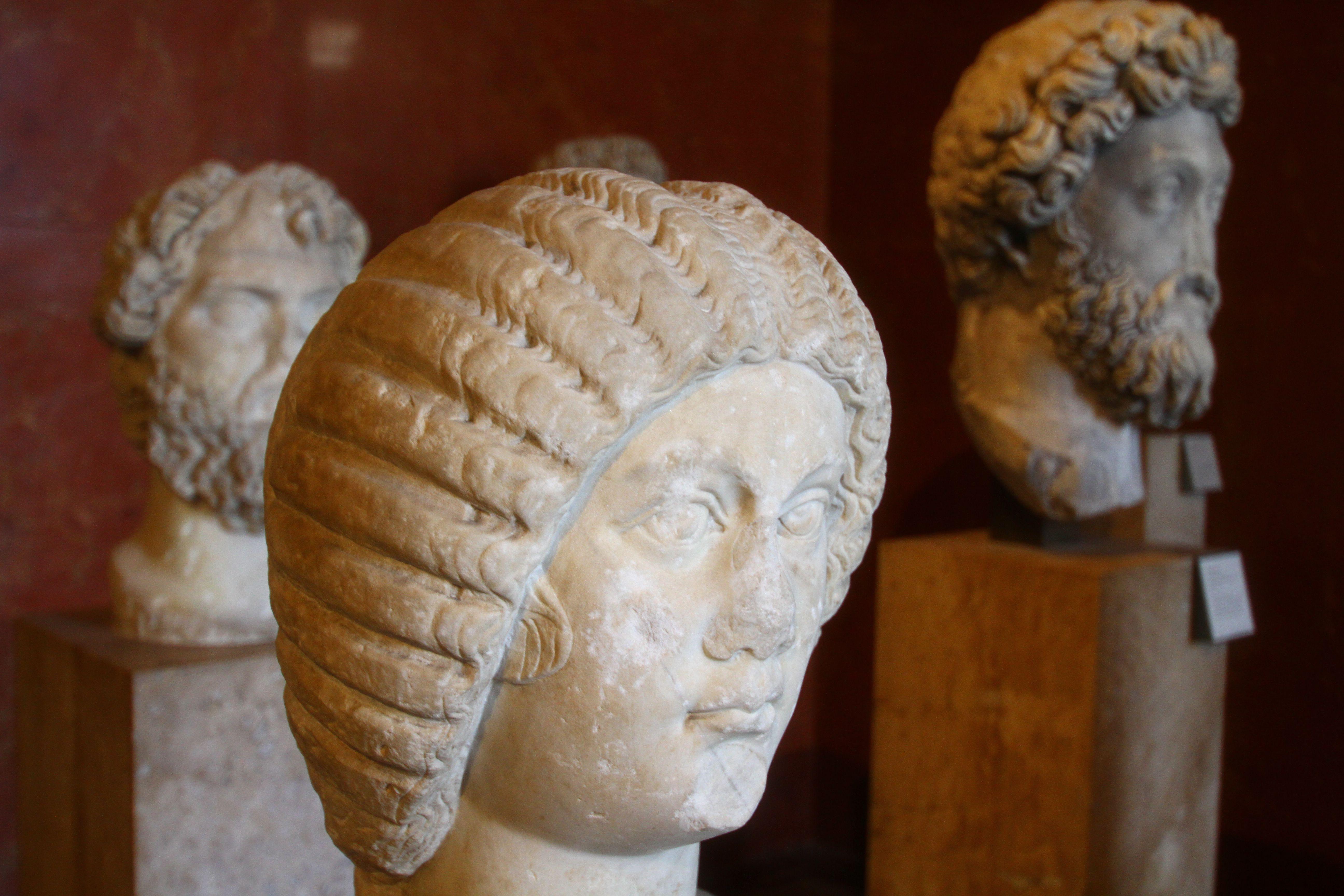 Büste von Julia Domna.  Ihr Ehemann Septimius Severus ist auf der linken Seite.  Marcus Aurelius ist auf der rechten Seite.