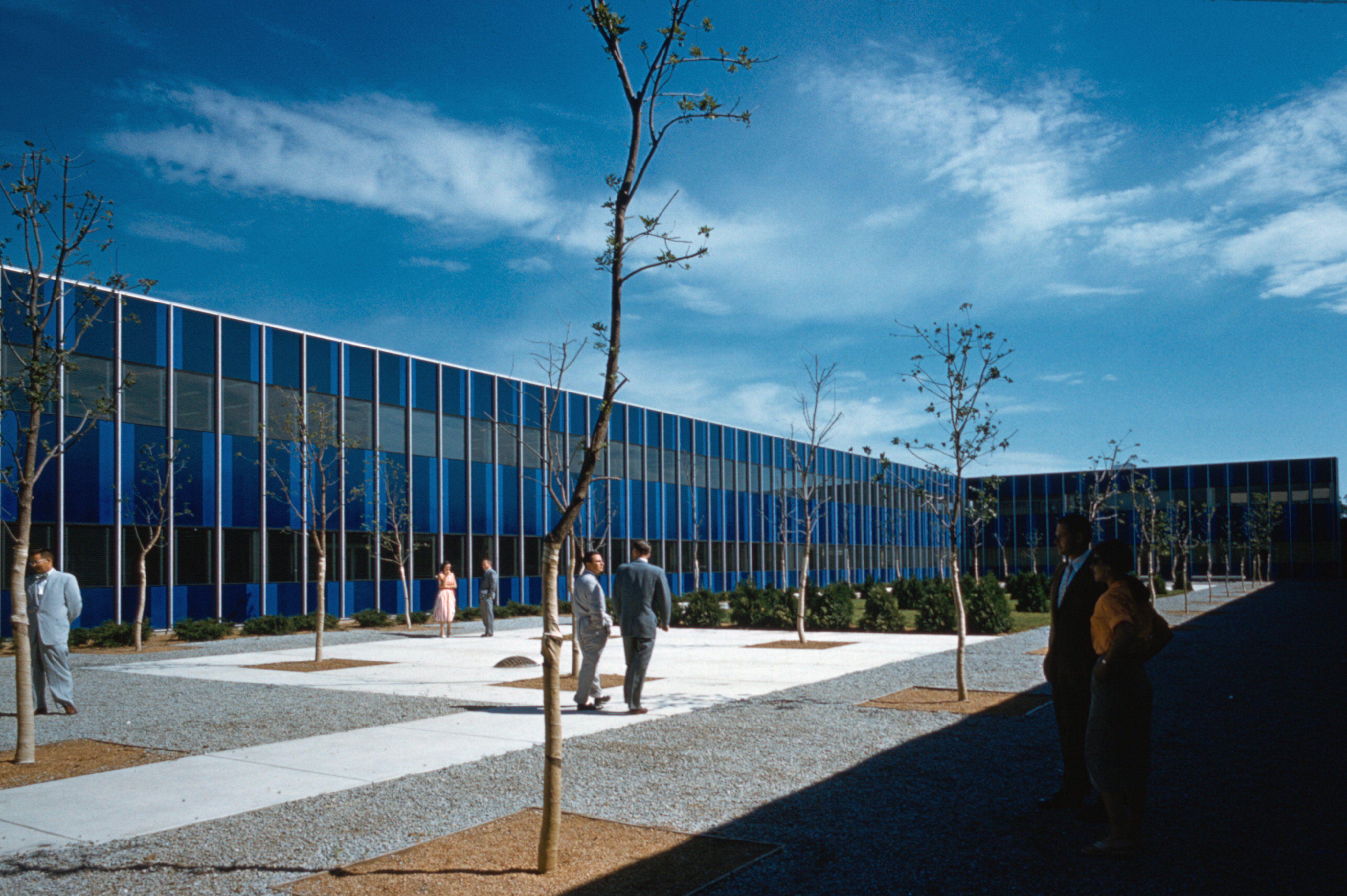 fenêtres teintés bleu de Eero Saarinen-Conçu IBM Center, Rochester, Minnesota, c.  1957