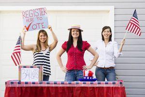 Tres muchachas en campaña para registrarse para votar
