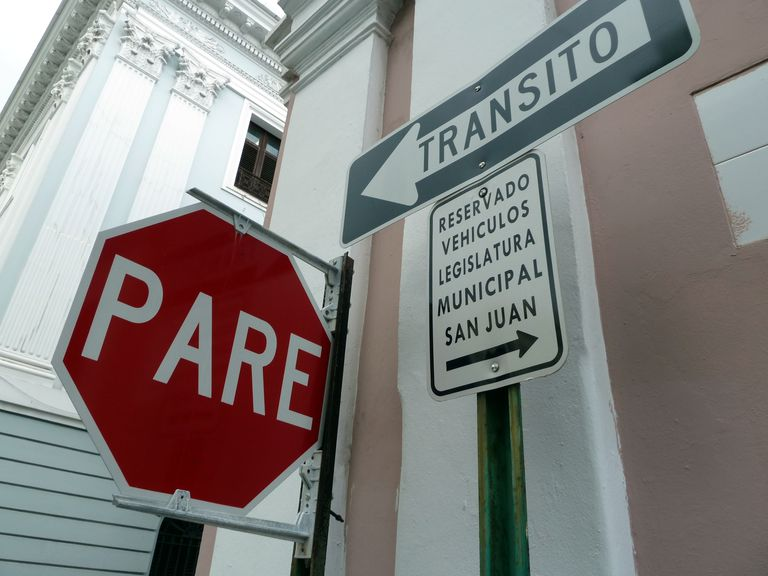 Stop sign using Spanish verb parar.