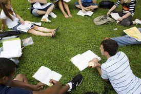 Estudiantes universitarios internacionales necesitan pagar el SEVIS