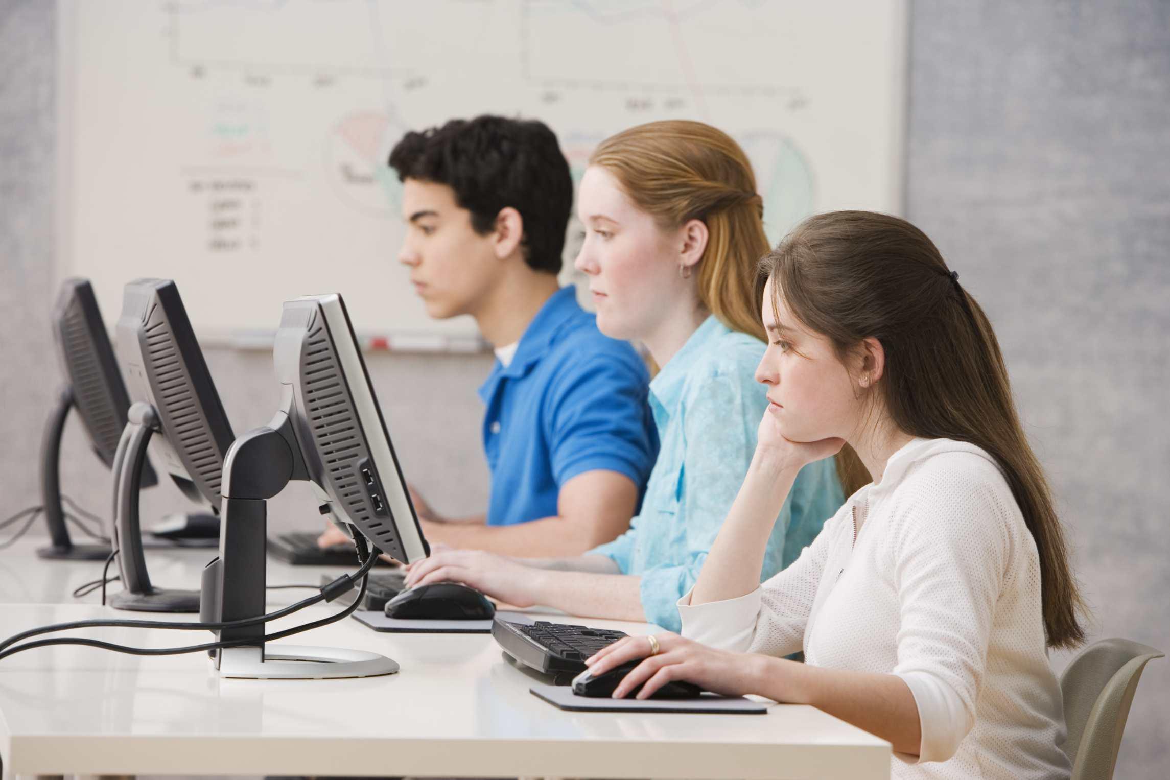 Estudiantes preparando un test.