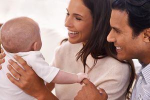 Padres con bebé recién nacido