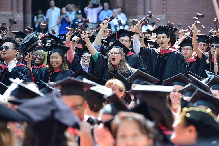 Estudiantes celebrando su graduación