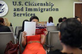 Señora esperando su turno en oficina del Servicio de Inmigración y Ciudadanía